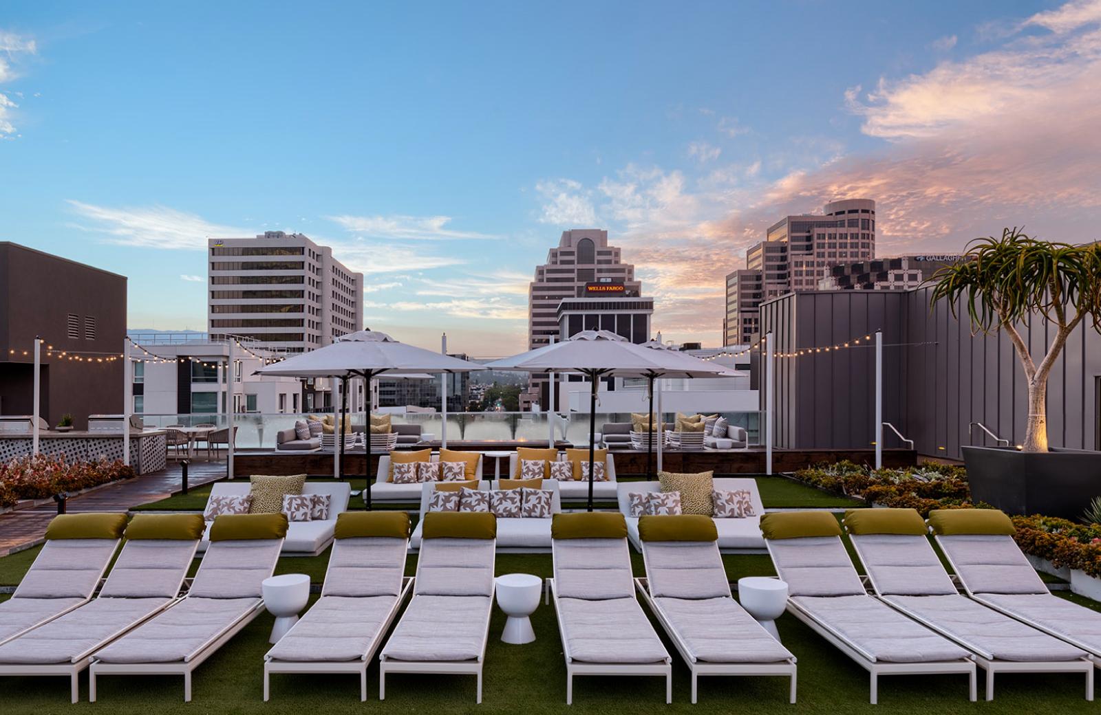 Pool Lounges - Altana Apts Glendale