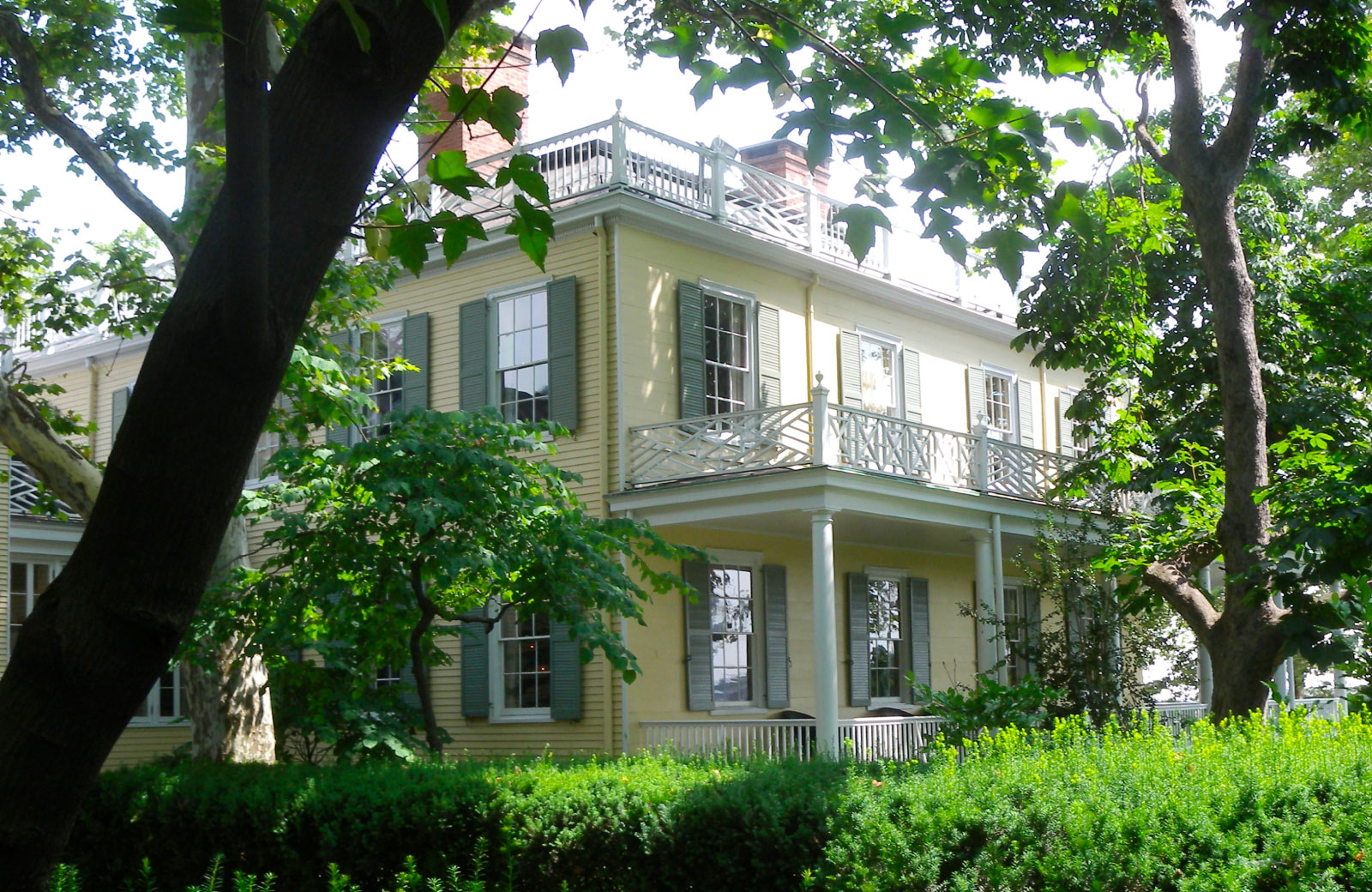 facade of the gracie mansion